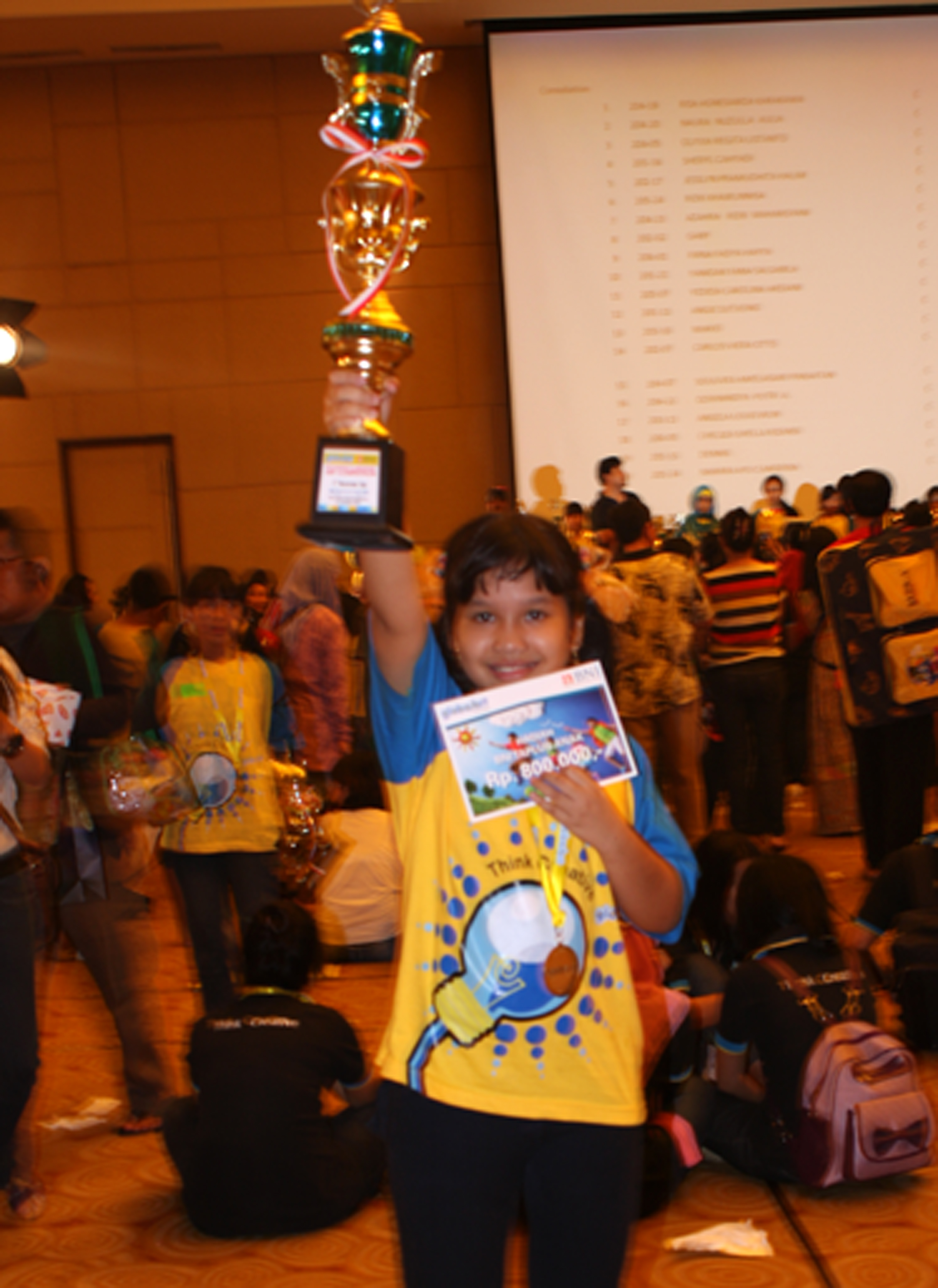 Ruth bangga menjadi juara 1st runner up art competition 2012 kategori B